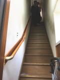 補強板を使った長い階段手すりの画像