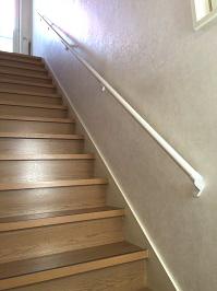 白い階段手すりの取付工事2
